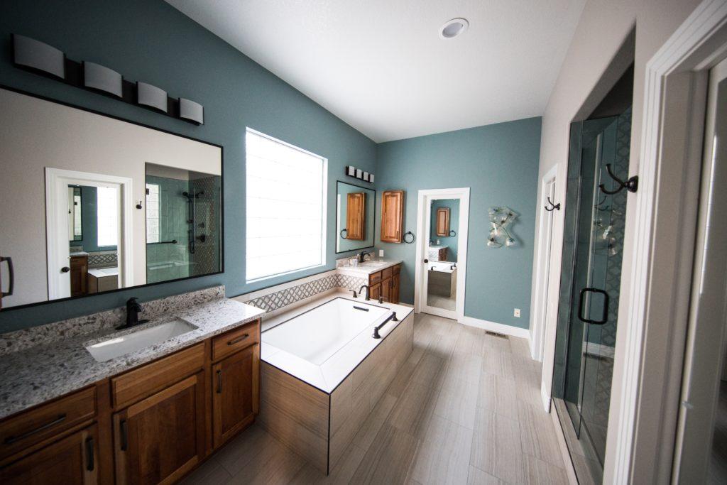 Décorer un mur de salle de bain : astuces et idées !